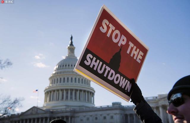 当地时间2019年1月10日,美国,美国联邦政府部分停摆进入第20天,接近21天的历史最长纪录,包括司法部、国土安全部、农业部和国家公园、国家博物馆在内的80万政府员工被迫无薪工作或赋闲在家。由于拿不到工资,不少家庭即将面临入不敷出的局面。