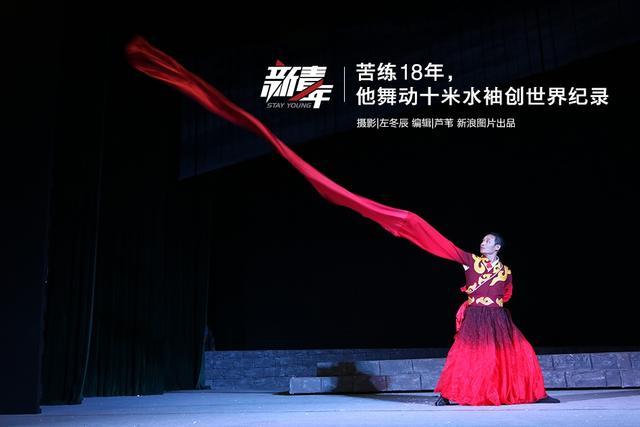 电影《十面埋伏》中,饰演歌姬的章子怡曾以一袭古典长裙和三米长水袖亮相,婀娜舞姿配上飘逸水袖,惊艳了观众。作为中国戏曲的特技,水袖展现着行云流水般的美感,更体现了戏曲演员发力泻力的精准。男小生使用水袖不多见,能运用自如的凤毛麟角,吴青峰便是其中之一。这位来自商丘豫剧院的豫剧演员,苦练18年,舞动10.16米长水袖,创下世界最长水袖的纪录。摄影/左冬辰