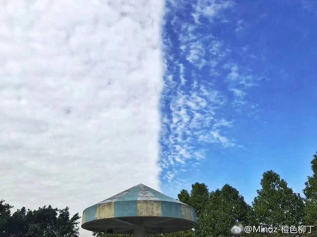 """据@广东天气 消息,2018年1月11日,肇庆、佛山、江门、广州等多地网友拍到了天空奇特的云,有人说老天爷在玩PS,有人说开了一半的窗帘,还有人说是地震云,实际上,""""阴阳天""""是一种少见但并不诡异的天气现象。图为佛山。供图:Minoz-橙色柳丁"""