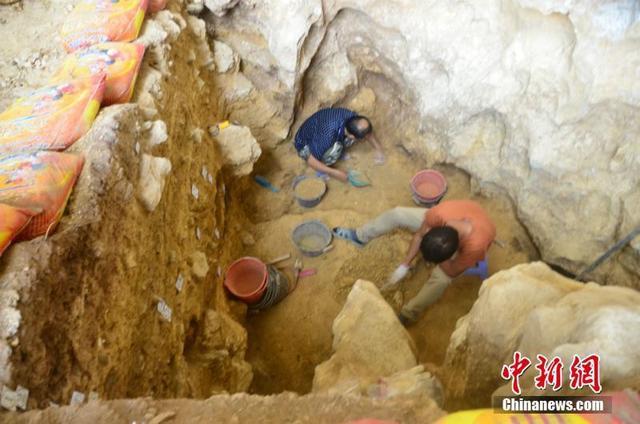 广西文物保护与考古研究所3月12日介绍,经过为期3个年度的连续发掘,考古人员在隆安娅怀洞遗址发现距今约1.6万年前的墓葬及包括完整头骨在内的人类遗骸,这是继山顶洞人墓葬后在中国发现的第二处旧石器时代墓葬。