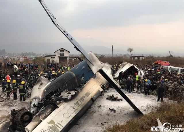 3月12日,在尼泊尔首都加德满都特里布万国际机场,救援人员查看出事客机。当地时间12日下午,一架载有71人的客机在尼泊尔首都加德满都降落时急转弯冲出跑道并引发大火,现场目击者称,已有25名受伤乘客被送医。