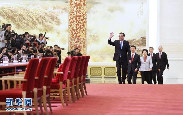 3月20日上午,十三届全国人大一次会议闭幕后,国务院总理李克强在人民大会堂三楼金色大厅会见采访十三届全国人大一次会议的中外记者并回答记者提出的问题。 新华社记者 王晔摄
