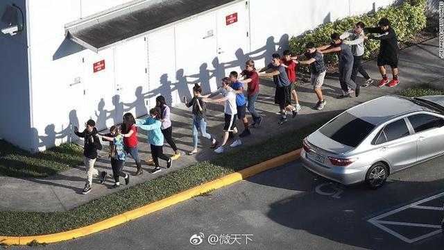 当地时间2月14日下午,美国佛州一高中发生枪击案,据当地警长在新闻发布会介绍,枪击案已导致至少17人死亡。警长介绍,有12名受害者在学校死亡,有2名受害者在校园外死亡,1人在学校附近的道路上死亡,另外2人在医院不治身亡。