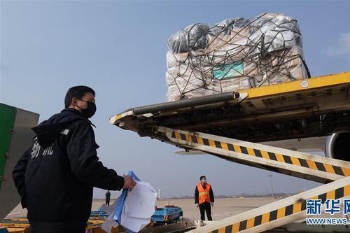 货机满载医疗防疫物质抵达武汉