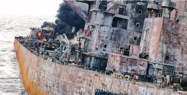 """今日上午,上海打捞局4名救助人员登上""""桑吉""""轮,发现两具遇难船员遗体并带回,同时带回该轮VDR设备。8时40分,救助人员在""""桑吉""""轮救生艇甲板发现两具遇难船员遗体。"""