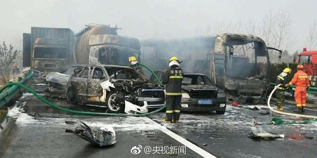 """11月15日7时45分许,在""""滁新高速""""下行线191KM至194KM路段,因突发团雾,发生多点多起造成人员伤亡的交通事故。目前,事故共造成18人死亡,21名伤者现在医院救治,其中伤势较重11人(两人抢救无效死亡,其他人员生命体征平稳)。    事故调查工作正在进行中。"""
