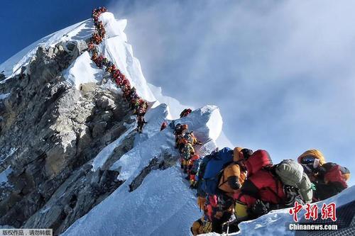登山者登珠峰致拥堵 数百人列队等数小时