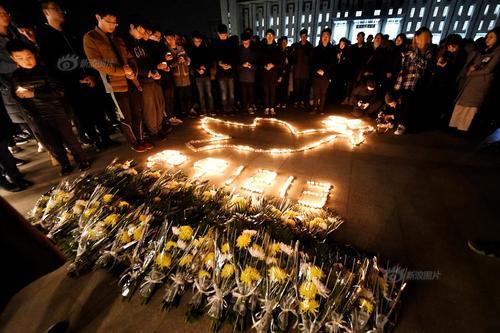 南京大学生烛光祭奠遇难同胞祈愿和平