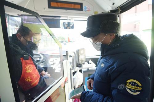 """杭州恢复公交正常运营 乘客需供给绿色""""健康码""""才能乘坐"""