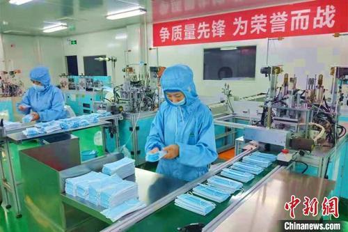 """湖北枝江""""口罩工厂"""":日产13万口罩抗击疫情"""