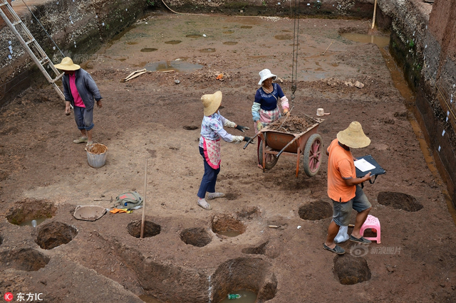 """2017年6月15日报道,1956年,""""滇王之印""""在昆明市晋宁区石寨山出土,确证了""""古滇国""""的存在!可古滇国时期的人们居住在哪呢,那时的城市是什么样子,这个疑问一直没有解开。通过3年多努力,云南省文物考古研究所研究员蒋志龙所带领的团队,似乎已经找到了古滇国人的一个聚居地。供图:东方IC"""