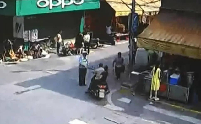 2017年5月20日报道,5月17日,在广东佛山,一男子无牌无证开摩托车上路,被交警查扣了之后,在街上找了一条铁棍,向查车的交警报复。最终男子因涉嫌妨害公务被依法刑事拘留。