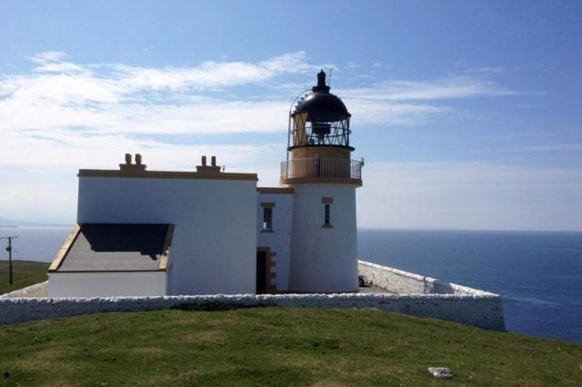 据英国《太阳报》5月16日报道,在苏格兰的萨瑟兰郡有一座拥有百年历史的灯塔,它在经过改造之后变成了一处无与伦比的海景房,目前在市场上的售价仅37万英镑(约330万元人民币)。