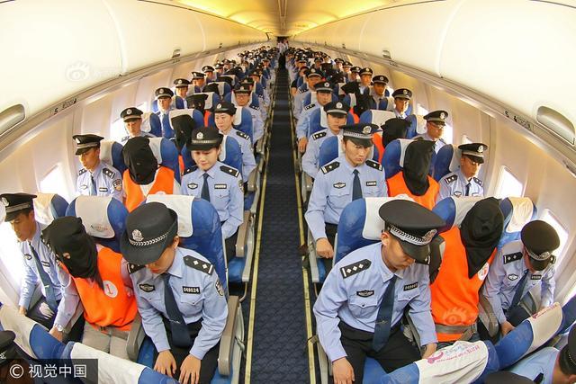5月19日14:08,由烟台警方包机,从哈尔滨押解31名犯罪嫌疑人至蓬莱国际机场。至此,烟台最大规模冒充公检法人员实施电信网络诈骗的特大案件成功告破。图片来源:视觉中国
