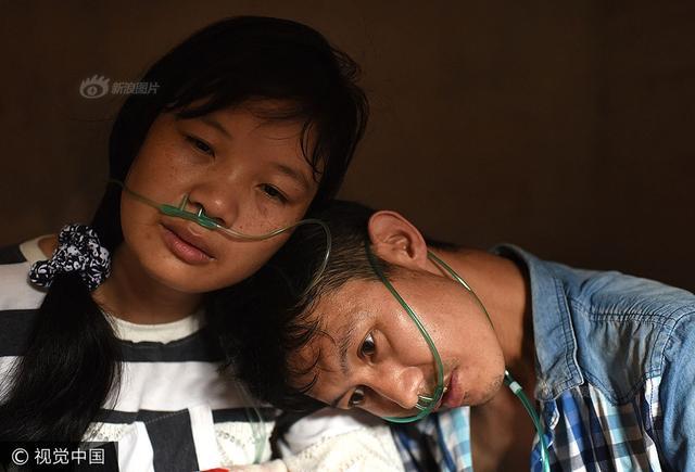 胡汉清今年36岁,是湖南省桂阳县白水乡四境村人,妻子黄玉连今年35岁,也是湖南人。两人在外打工相识,1999年成婚,婚后育有一双儿女。这对山里夫妻为了过上好日子,远赴他乡广东四会,和玉器打了5年交道,却不幸患上了尘肺病,如今生命已进入倒计时。图片来源:视觉中国