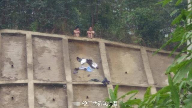 2017年3月19日,广西南宁,仙葫大道的一座小山坡,一男一女两人爬上山,接着脱掉衣服,两人坐在山上。现场120救护车以及消防车就位。当天下午2点,两人因为大雨,穿上了消防官兵送来的衣服,下了山。随后两人上了清秀派出所的警车,回派出所接受问话。