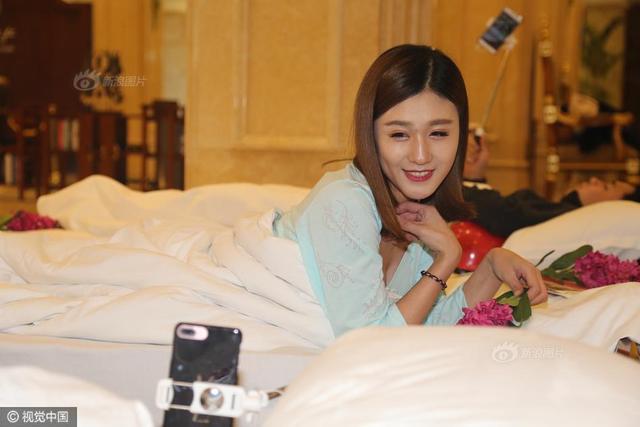 2017年3月20日,浙江省杭州市,世界睡眠日前夕,杭州第一世界大酒店举办了一场美女直播睡眠活动。