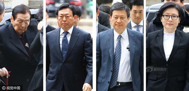 当地时间2017年3月20日,韩国首尔,首尔地方法院就韩国零售巨头乐天集团的首席执行官及其家人的控罪举行首次听证会,乐天集团主席辛东彬(左二)、辛东彬兄长辛东主(右二)、乐天创始人辛东彬之父辛格浩(左一)和辛格浩第三任妻子徐美敬(右一)抵达法院接受调查。