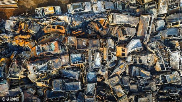 海南海榆中线海口监狱旁一露天报废汽车停车场,航拍6000多辆报废车经过一场火灾后烧剩的残骸,场面触目惊心。
