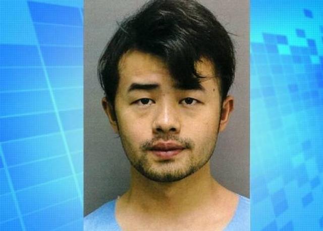 4月18日消息,美国夏威夷一名中国留学生疑因与母亲争吵后,一时气愤错手杀死母亲,然后竟然将尸体分割藏在冰箱数个月之久。该名男子日前已向警方报案自首,目前正被控二级谋杀。警方指26岁的疑犯龚宇伟(Yu Wei Gong,音译)报案称杀了自己的母亲,警方上门搜索不果后,龚指尸体藏在冰箱内。警员在冰箱发现7个载有人体残肢的胶袋,后来根据指纹,确认死者为龚的母亲龚柳云(Liu Yun Gong,音)。