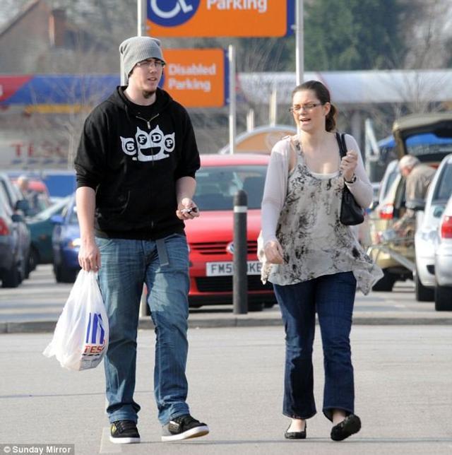 据英国媒体报道,英国一对准夫妇马特 ( Matt Topham ) 和他未婚妻凯西 ( Cassey Carrington ) 买彩票赢得 4 千 5 百万英镑 ( 约 3.9 亿元人民币 ) 大奖,两人今年都才 22 岁,之后他们宣布要拿出 24.9 万英镑 ( 约 210 万元人民币 ) 来买房,实现两人最初的梦想。不过他们要买的只是位于诺丁汉郡一栋死胡同里的房子。与此同时,两人却拿出 130 万英镑 ( 约 1100 万元人民币)送给他们最好的朋友做为礼物。
