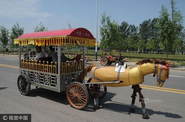 """5月18日,河南安阳,农民董献臣在驾驶""""铁马""""行走。"""