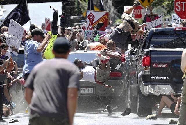 """据英国《每日邮报》报道,当地时间8月11日晚到12日,美国弗吉尼亚州大学校区爆发示威,有推崇白人优越主义的民众上街,示威者高呼""""一个种族,一个国家,终止移民政策""""的口号。示威期间双方爆发冲突,有人驾车撞向反示威人群,冲突造成至少3人死亡多人受伤,警方已逮捕1人。据当地媒体,弗吉尼亚州政府随后颁布进入紧急状态。"""