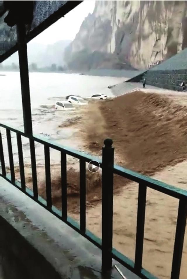 8月12日傍晚,白银市景泰县黄河石林景区遭遇阵性强降雨天气,20分钟左右的强降雨形成特大暴洪直接从景区饮马沟大峡谷一路席卷而下,最后冲入黄河。