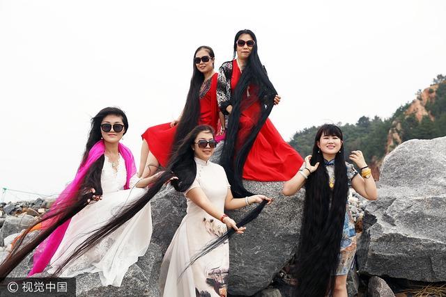 8月12日,山东威海,5名来自不同城市的长发女士相聚山东威海文登的大海边,她们的头发总长度加起来达到了13.6米,按照住宅楼每层3米计算,接近5层楼的高度。