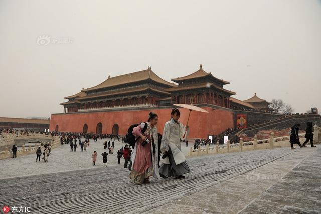 2019年2月12日,农历正月初八,北京降雪,紫禁城里雪花纷飞,两名穿着清朝服饰的女子撑着油纸伞走雪中。供图:东方IC
