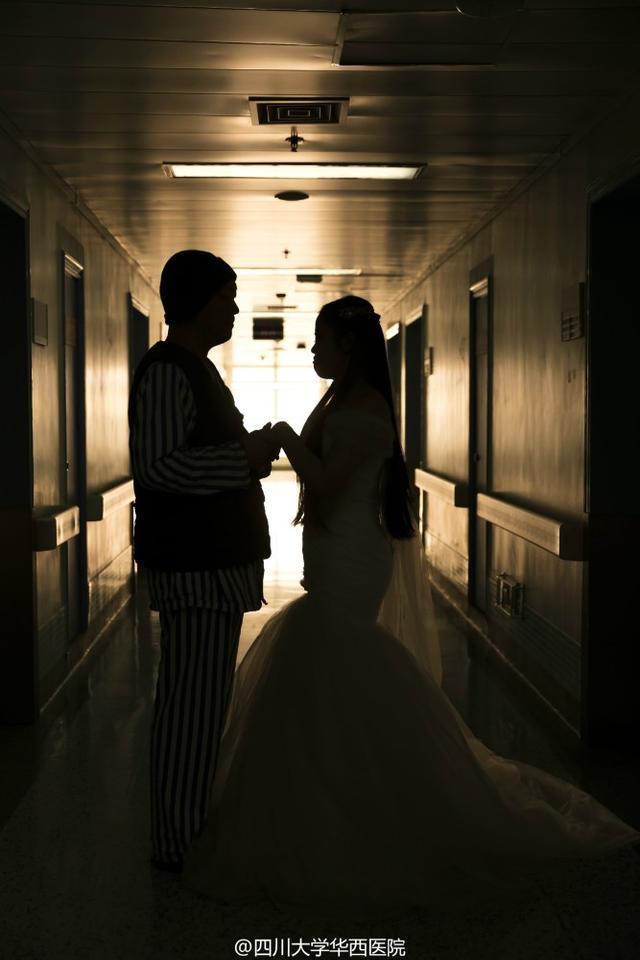 2月15日,情人节第二天。林寒披上了婚纱,等待男友到来。走廊里,传来鞋子摩擦地面的声音,他近了。门打开的那刻,她强忍住眼泪咧着嘴,笑地很开心。婚纱、她和他、摄影师……这样的场景,他们等了一年多。但唯一不同的,是拍照地点在华西医院病房,祝福声则来自医生与护士。