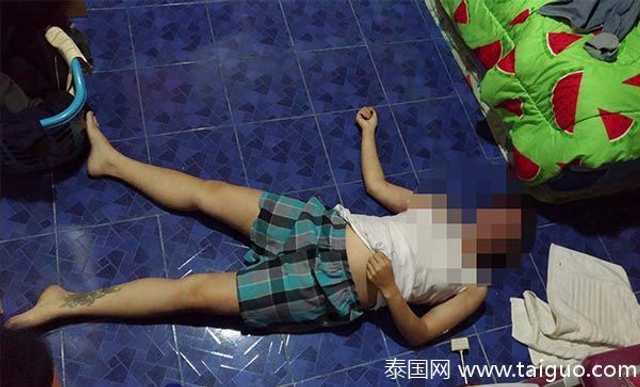 3月19日泰国清迈警方接到报警称,一民居内发生了一起凶案,一名25岁的女子被杀害。警方初步调查得知,死者是一家相馆的工作人员,死时身穿白色背心和短裤躺在地上,死亡时间超过6小时,颈部有明显淤青和指甲弄伤的伤,预计死者是窒息而亡。