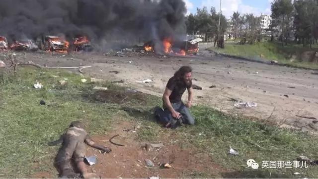 最近外网的一张照片,让无数人为之心碎。照片中跪地痛哭的男人叫Abd Alkader Habak,他是一位叙利亚的摄影师,原本他想用相机记录当下叙利亚的紧张局势。