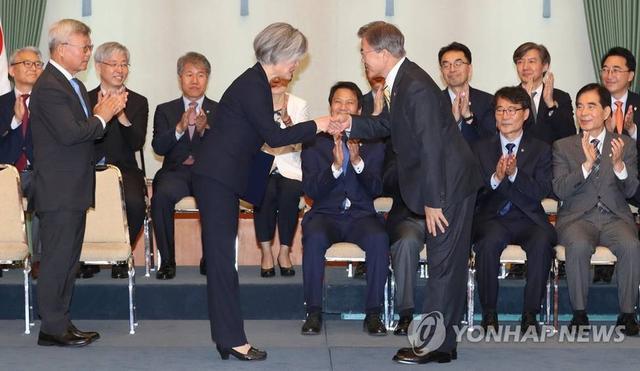 当地时间2017年6月18日,韩国首尔,据联社报道,韩国总统文在寅18日向康京和颁发外长任命书,任命其为韩国首位女外长。