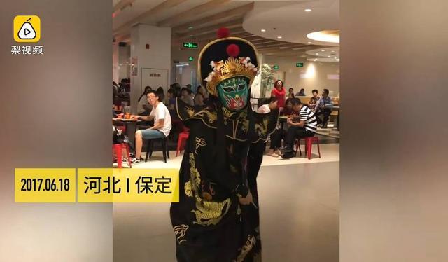 6月18日,河北保定,一家商场请来一位川剧演员表演变脸。