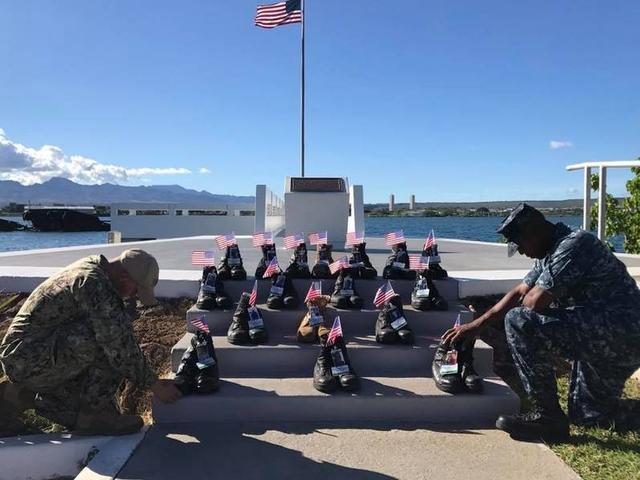 美国海军第七舰队的菲兹杰拉德号导弹驱逐舰和麦凯恩号驱逐舰在数月内接连发生撞船事故,共造成17名水兵死亡。美国海军将这些事故中死亡的水兵的遗物军靴带往夏威夷拍摄纪念。来源:环球网