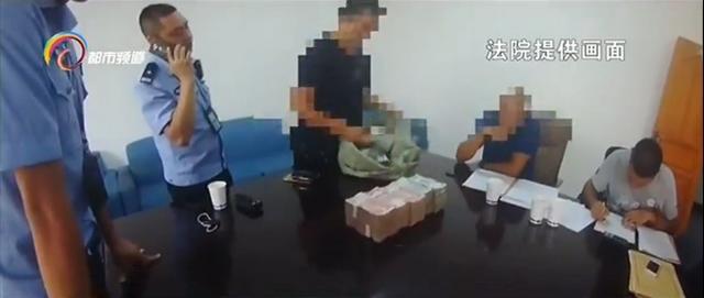 云南的杨某是一家公司的法人代表,从2014年开始拖欠员工55万元的工资,还欠了另一家公司15万左右,一直不还。最终,警方找到了杨某并对他进行拘传,没过多久一名员工就提着一麻袋约70多万的现金来到法院,解决了6起案件。图文:云南网络广播电视台