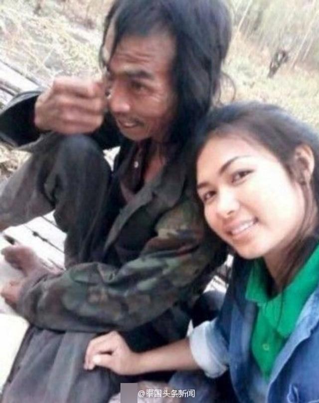 9月11日,一名泰国女孩与父亲的自拍在泰国社交网络上蹿红。该名女孩来自泰国彭世洛府,父亲患有精神病,但女孩十分孝顺,不仅照顾精神病父亲的日常生活起居,闲着没事还拉着父亲一块自拍放到网上,并没有因自己父亲邋遢的形象而害羞。来源:泰国头条新闻