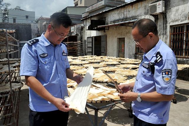 据广东江门海关9月12日通报,该关破获一起特大海产品走私案,案值约8亿元人民币,一举摧毁一个集购、运、储、销为一体的走私犯罪团伙。图文:法制网