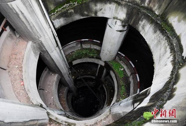 """10月11日,重庆一小区的五层""""螺旋""""停车场,吸引民众前往体验找刺激。据了解,该停车场从路面到地下共五层,进入车库的司机需要转360度圈才能到达每一层楼的车位。周毅 摄 来源:中新网"""
