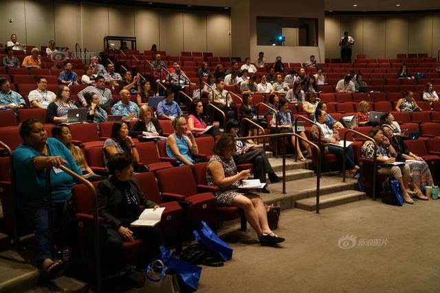 11月7日,来自印度Sagate Mitra 博士的《The Hole in the Wall 》的主旨分享,打开了美国夏威夷第十届未来学校会议的大门,有1600多名美国教师参加。摄影 stamlee