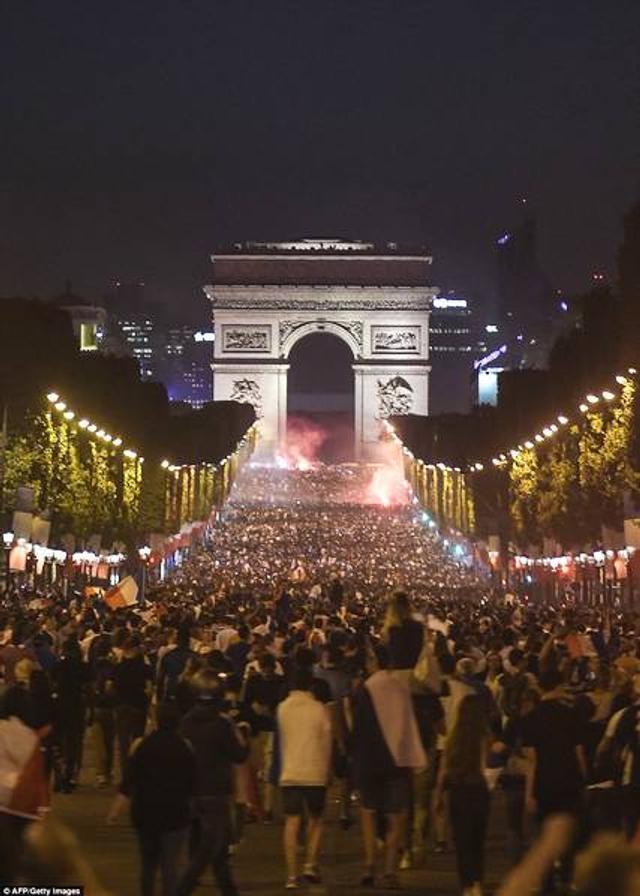 北京时间7月11日凌晨,俄罗斯世界杯半决赛进行,法国1比0击败比利时,本届世界杯,他们已经完成了四场零封。1998年,法国问鼎世界杯冠军时,前6战也是4场零封。现在,法国迎来了问鼎世界杯的最好机会。球迷的喜悦在法国本土得到了反映,球迷们手持照明弹和旗帜庆祝在巴黎街头、凯旋门进行庆祝。