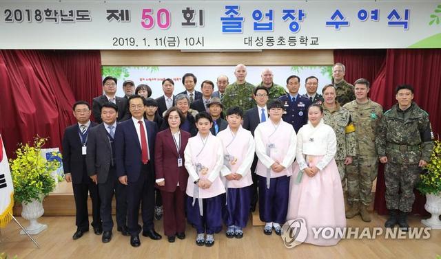 海外网1月11日电 据韩联社报道,今天(11日),韩国坡州市大成洞村小学举办了第50届毕业典礼。由于该学校是韩朝非军事区里,韩方的唯一一所学校,所以他们毕业的消息,成了韩国舆论的热门话题。而最让韩媒津津乐道的是:毕业生只有4个人!