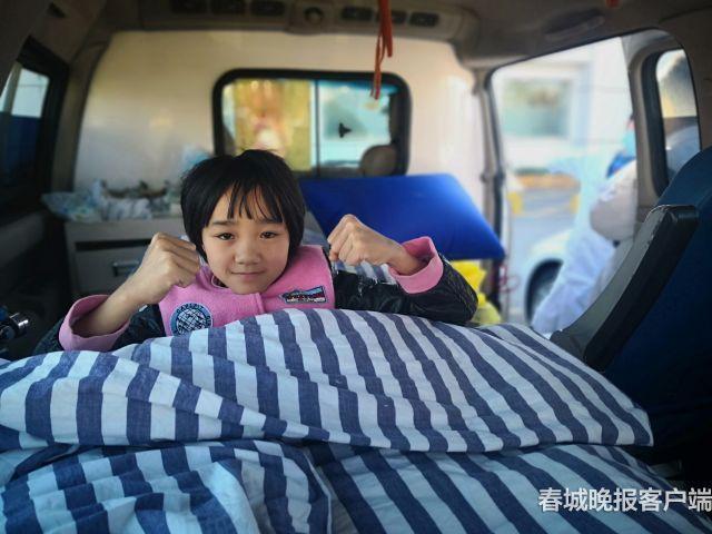"""12岁的云南女孩张胜涛是一个""""瓷娃娃"""",她不能直立行走。患病12年来,张胜涛的四肢相继30多次摔成骨折,被鉴定为无法站立行走、生活不能自理的肢体一级残疾,四肢伤痕累累……"""