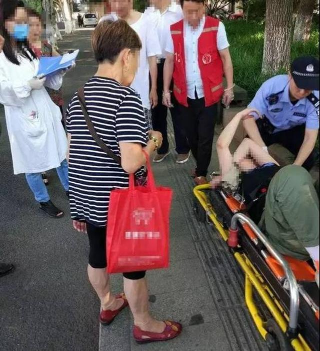 5月16日报道,15日下午,网友@kuhapot 爆料称:一大早,有20多岁的姑娘从杭州莫干山路一家酒吧跌跌撞撞走出来,因体力不支,就瘫倒在草丛里。等路人发现时,姑娘已全身都是露水。周围好心人急忙打110和120求救。来源:钱江晚报