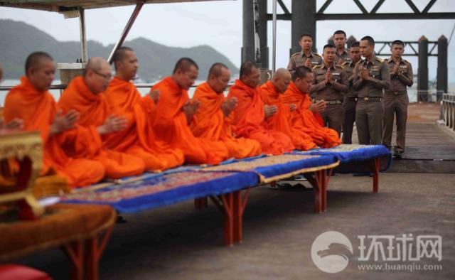 当地时间7月11日,泰国普吉。清晨,沉船事件伤者、遇难者家属、军警方面代表及僧侣在查龙码头参加公祭仪式。来源:崔萌/环球网
