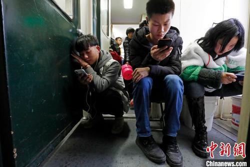"""刷微信、看消息 春运""""慢火车""""上不再寂寞"""