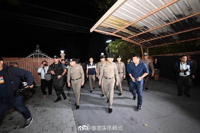 """据泰国头条新闻报道, 11月6日,泰国国家移民局联合清迈警察对清迈4处涉嫌非法网络赌博的据点进行突击搜查,逮捕6名正在操纵网络赌博网站的中国籍男子,一并缴获的还有4台电脑、15部手机。此外,警方还在其他3个县一并抓获同样涉嫌网络赌博的14名中国籍疑犯。       泰国移民局长素拉切透露,该团伙于今年7月携带设备从曼谷素万那普机场入境,随后来到清迈各县租房设置网络赌博基地,过上网吧式群居生活。该团伙成员为了不引起注意平常都不出门,行踪隐蔽。赌博周转金高达1亿铢,团伙成员除了每月2.5万铢的薪资外,还依据所拉客人的数量得到额外收入。     目前,清迈警方以""""外国人违法在泰国工作及涉嫌网络赌博""""罪名将20名疑犯暂时收押,同时向未汇报外籍人员留宿情况的别墅主人提起控告。"""