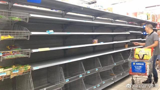 """7月10日,福建福州等地,因台风""""玛莉亚""""即将来袭,不少市民到超市购买生活用品。根据气象监测,台风""""玛莉亚""""将于11日上午在福建福清到浙江苍南一带沿海登陆,台风中心经过的附近海面或地区阵风可达16-17级。针对强势登陆的台风,福建、浙江等多地停工停产停课休市。"""