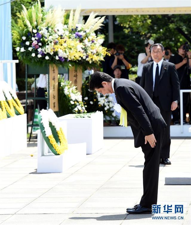 8月9日,在日本长崎市和平公园,日本首相安倍晋三(前)出席原子弹爆炸73周年纪念仪式。(来源媒体:新华网)